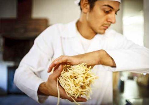 在西西里,煮到彈牙的乾燥麵條是標準的國民美食。