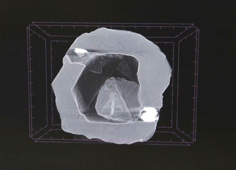這張雙層鑽石的X光影像,顯示出一個很小的鑽石緊靠著一個更大鑽石內部空腔的內壁。由於鑽石形成的地球深處有著巨大的壓力,這種空隙在那裡是不可能存在的。因此研究人員認為一定曾經有某些東西填滿了整個空腔。PHOTOGRAPH COURTESY OF ALROSA