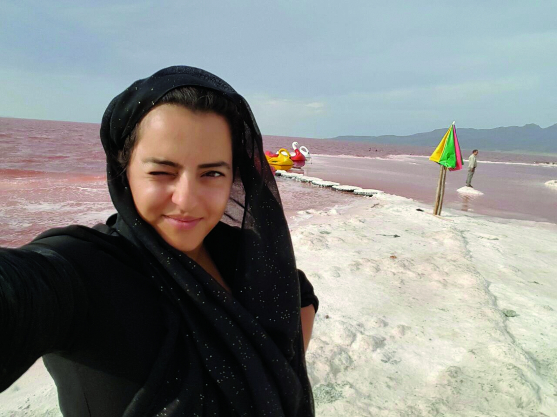 紐夏.塔瓦柯利安在伊朗的烏爾米耶湖水邊。攝影;紐夏.塔瓦柯利安