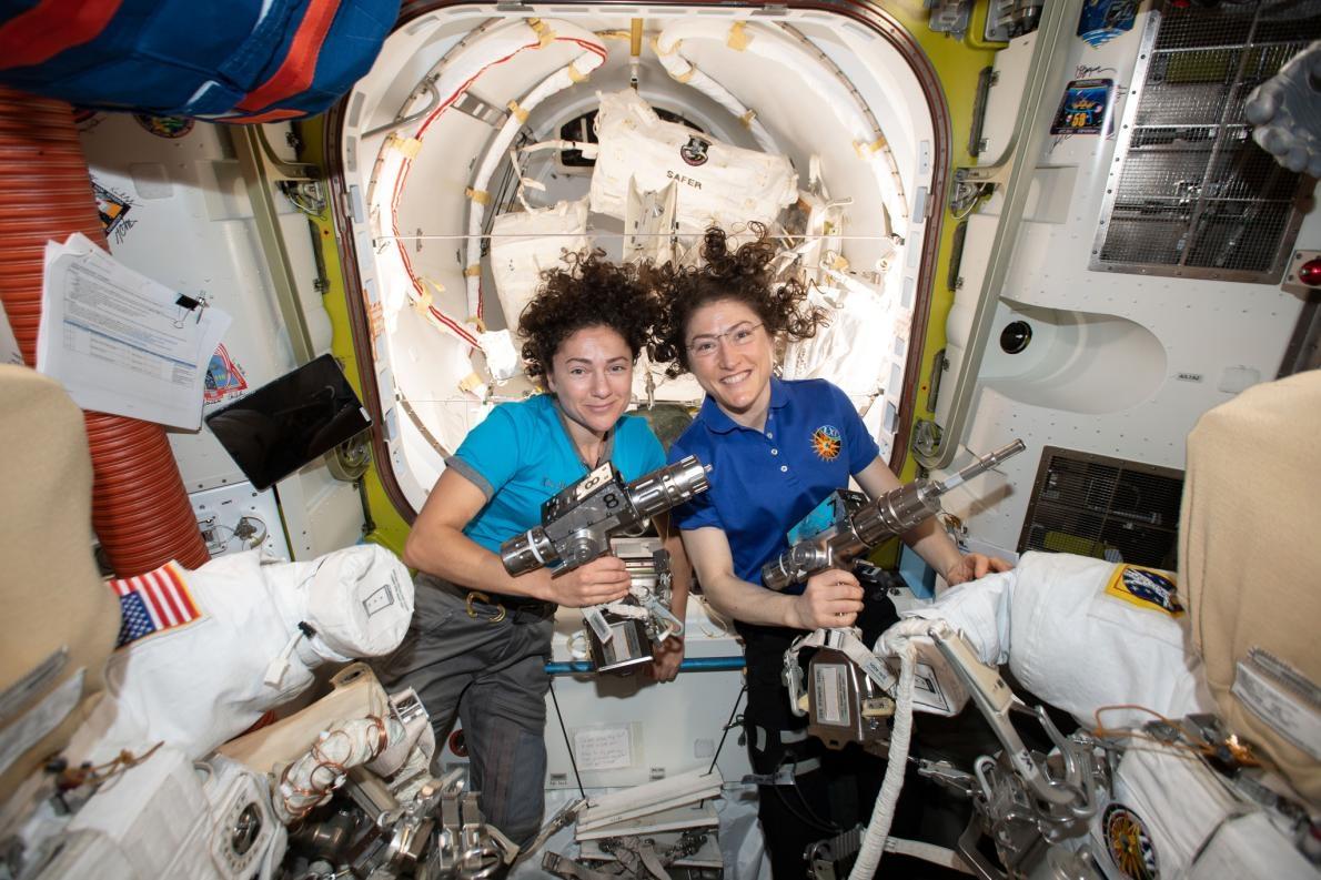 美國航太總署(NASA)太空人潔西卡.梅爾(左)和克莉絲緹娜.科赫(右)在國際太空站(International Space Station)的「尋求號氣密艙」(Quest airlock)內合影。她們正在準備太空衣和工具,以在10月18日進行歷史性的太空漫步。PHOTOGRAPH BY NASA