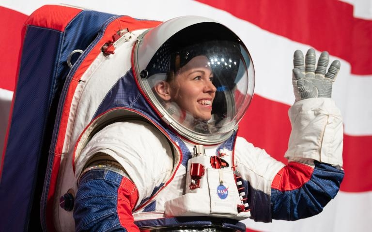 NASA強森航太中心(Johnson Space Center)的太空衣工程師克莉絲汀.戴維斯(Kristine Davis)正展示用於阿提米絲任務的新型太空衣原型。PHOTOGRAPH BY JOEL KOWSKY, NASA