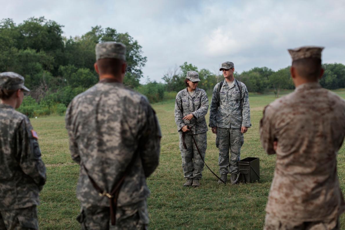 <b>基本訓練</b> – 來自軍犬訓練學校的學生,會先拿用過的彈藥箱練習,之後才會接手真正的動物。PHOTOGRAPH BY ADAM FERGUSON, NATIONAL GEOGRAPHIC