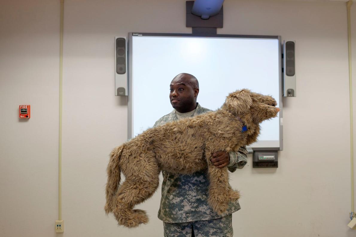 <b>急救須知</b> – 美國陸軍上士艾瑞克.艾爾福(Eric Alford)是獸醫技術員,他正在幫德州訓練學校的學生上動物急救課程。PHOTOGRAPH BY ADAM FERGUSON, NATIONAL GEOGRAPHIC