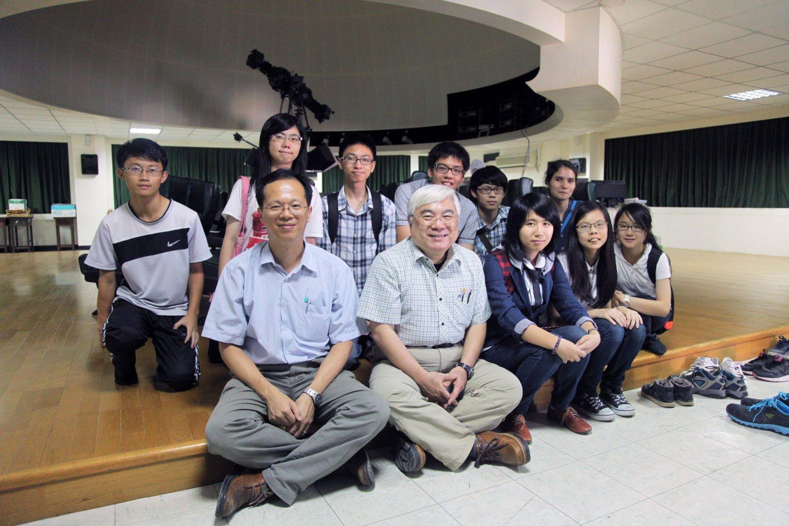 圖說:前排左一為指導老師林士超、左二為陳文屏教授,旁邊則為當年發現天體的多位同學,如今他們已即將大學畢業。