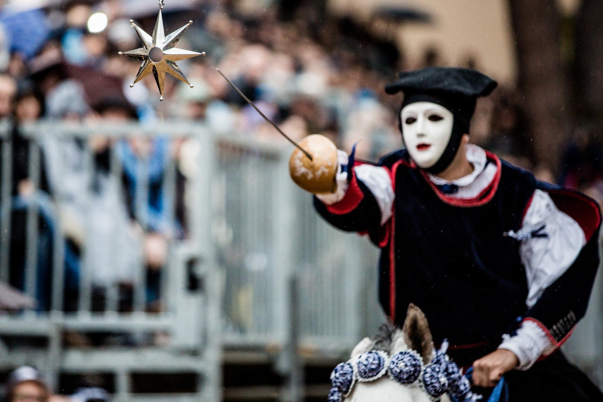 奧里斯塔諾的幸運之星 -能否刺穿星星攸關著奧里斯塔諾的福祉和繁榮。每當有新的騎士上場挑戰時,圍觀者都會屏氣凝神地看著。