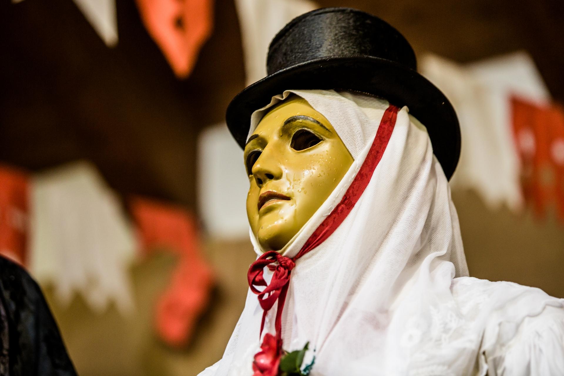 「康波里多利」的一天結束了 - 薩爾提里亞節結束時,我幫「康波里多利」拍了這張肖像。當時天空飄著小雨,面具上滑落的水珠猶如榮耀與喜悅的淚水。 PHOTOGRAPH BY MICHELE ARDU