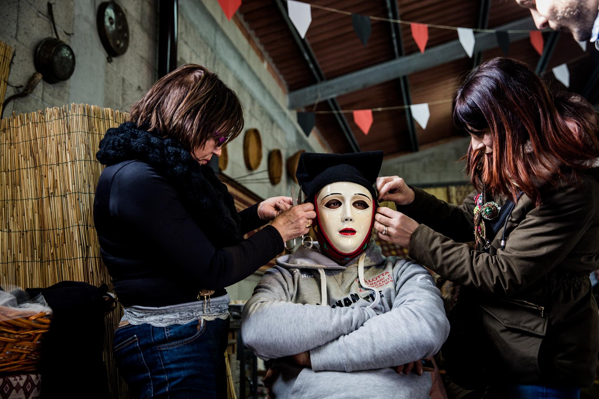 馬廄內的準備事宜  - 在「康波里多利」著裝的同時,馬廄內另外100多名騎士也正為鎮上的大遊行做準備。 PHOTOGRAPH BY MICHELE ARDU