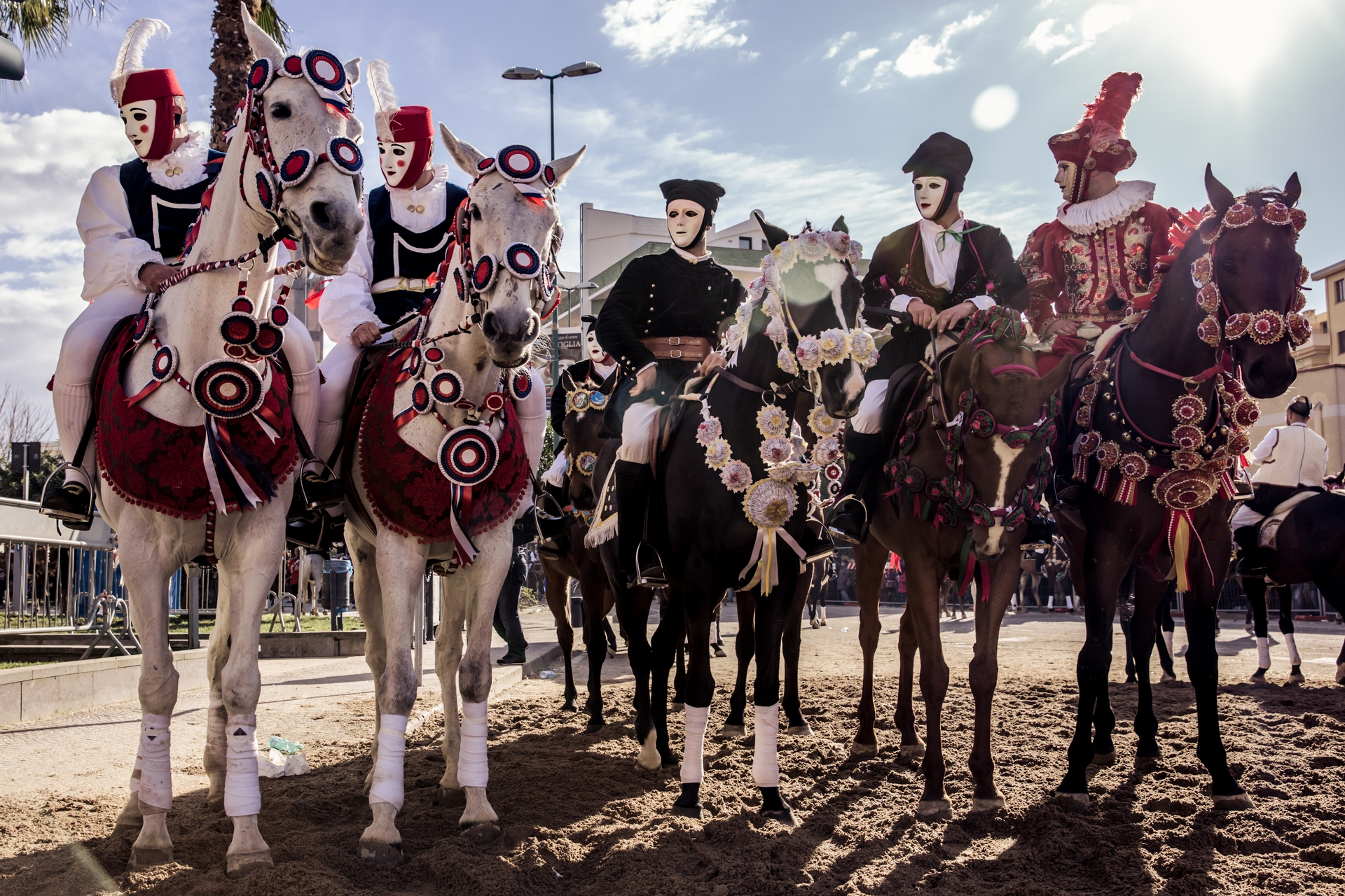 傳統的面貌 - 騎士會用玫瑰狀飾物來幫馬兒精心打扮一番,而他們自身則穿著薩丁尼亞與西班牙各村落的傳統服飾。薩爾提里亞節的部分傳統源於早年的西班牙統治者所舉辦的馬背長槍比武大賽。PHOTOGRAPH BY MICHELE ARDU