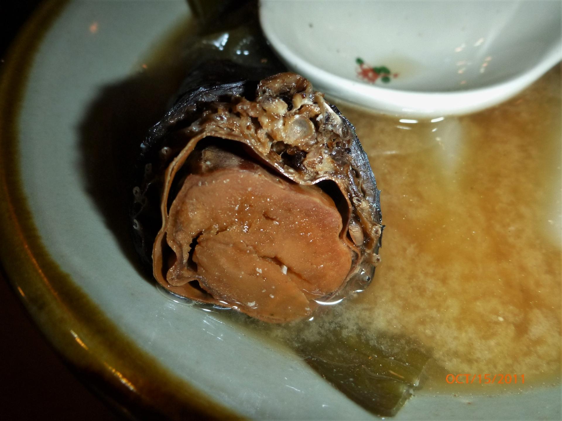 久高島海蛇定食。當時我只能勉強地將海蛇味噌湯喝完,至於那一整塊的蛇肉和內臟,我連咬一口的勇氣都沒有。攝影:杜銘章