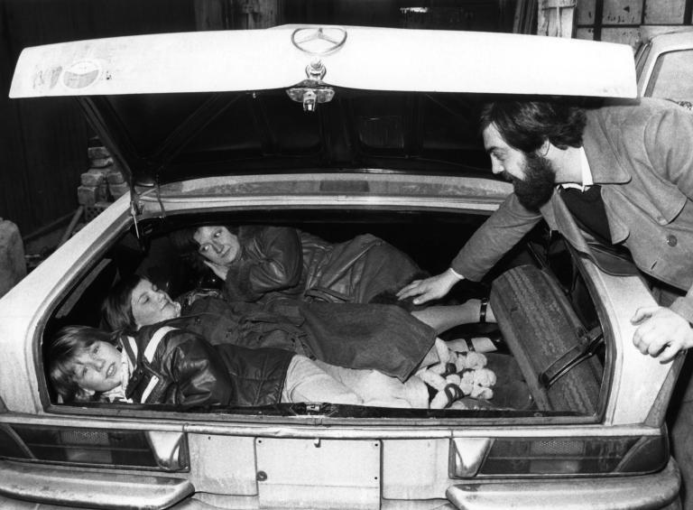 商人奧芬.富德(Alfine Fuad)示範在1976年時如何經由查理檢查哨(Checkpoint Charlie)把家人從東柏林偷渡出來。PHOTOGRAPH BY CHRIS HOFFMANN, PICTURE ALLIANCE/GETTY