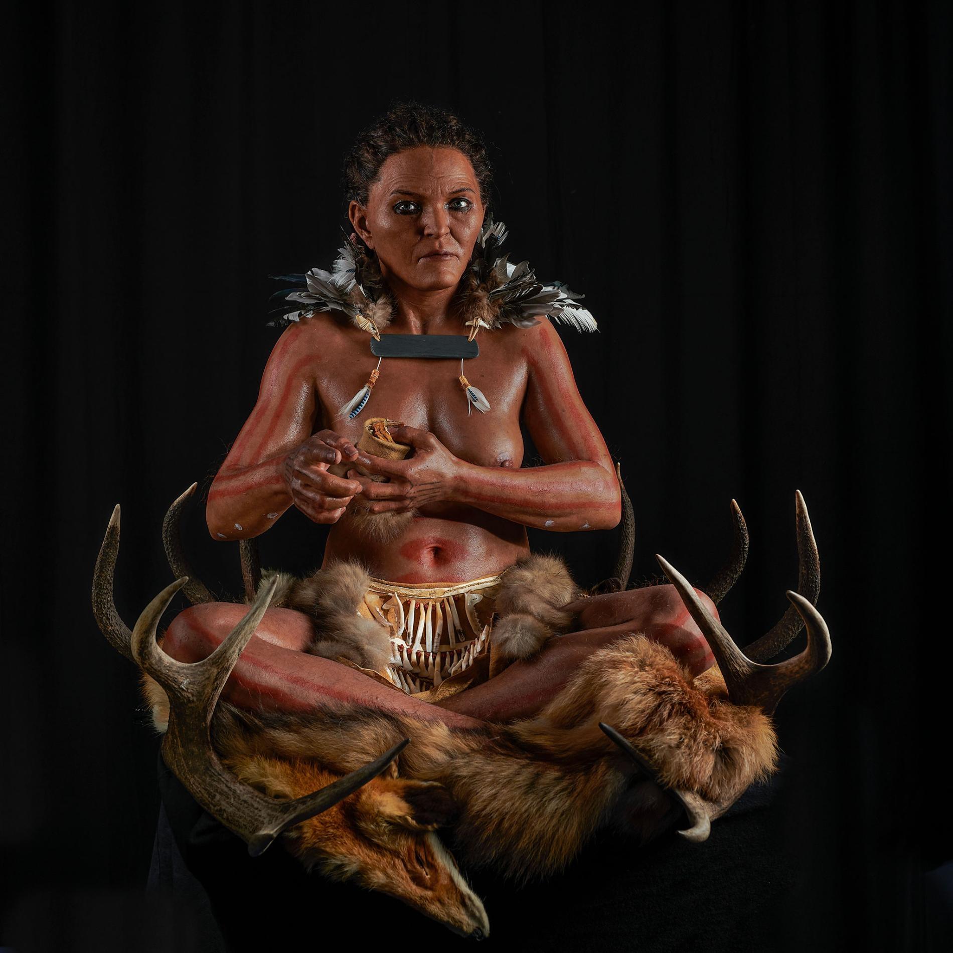研究人員利用骨骼遺骸和古代DNA來重建一名女性的墓葬,她在七千多年前居住在現在的瑞典南部。PHOTOGRAPH BY GERT GERMERAAD, TRELLEBORGS MUSEUM