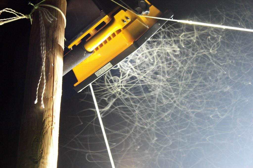 夜間人工光源是昆蟲死亡的推手。圖為研究光害對昆蟲影響的實驗設施。來源:Deborah Carannante(CC-BY-NC-ND 2.0)
