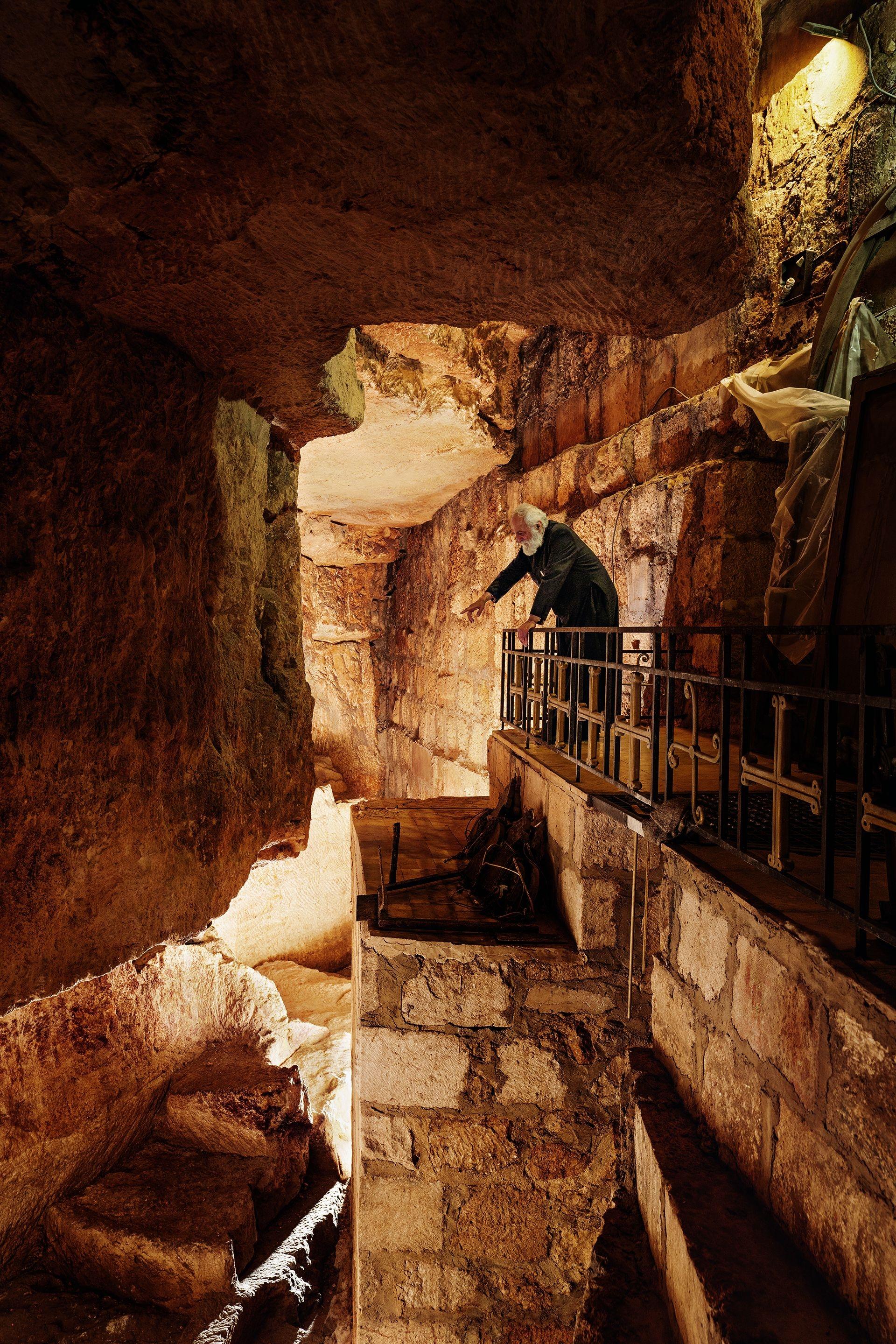 在耶路撒冷基督徒區的聖墓教堂底下,山繆.艾格彥神父俯看一座採石場;在耶穌的年代,它是座猶太墓園。附近有座岩石露頭因被當作「各各他」而受到崇拜,那是耶穌被釘上十字架的小山。攝影:賽門.諾佛克 SIMON NORFOLK