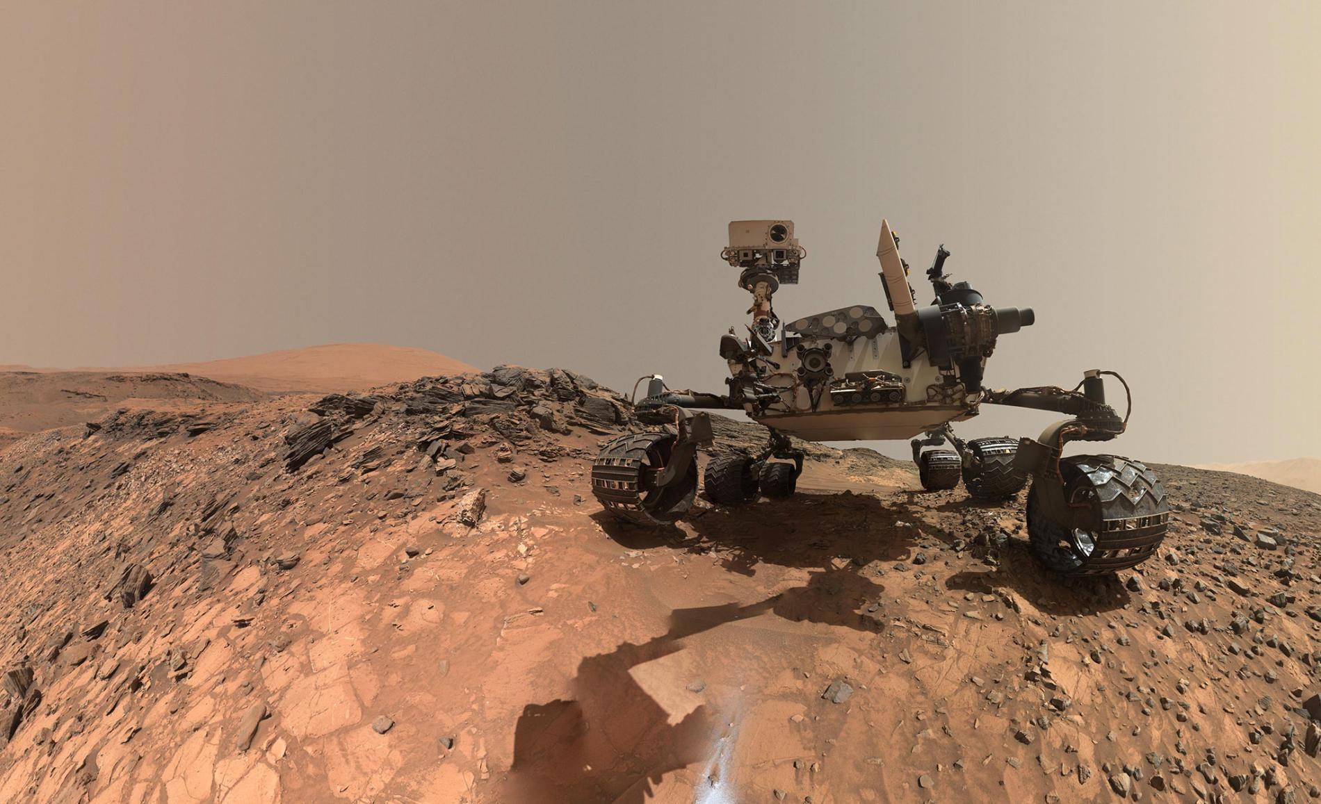 NASA的好奇號於2015年暫時停留在夏普山的較低區域,拍攝自拍照。自2012年以來,它就一直在探索火星的這個區域,收集大氣資料等科學數據。PHOTOGRAPH COURTESY NASA, JPL-CALTECH/MSSS