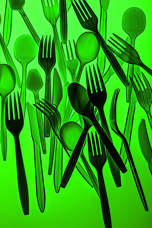 數十億全球每年都會丟掉數十億個塑膠餐具,我們以前沒有這些東西時是怎麼過日子的?現在我們還回得去嗎?攝影:漢娜.惠特克 HANNAH WHITAKER
