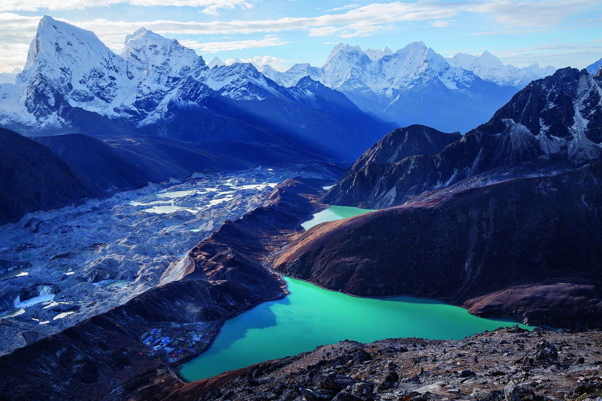墎其爾村坐落於部分水源來自尼泊爾果宗巴冰川的一座湖邊。雖然這座村落並沒有立即的淹水危險,但冰川湖泊水位上升,已對喜馬拉雅地區的其他村落造成威脅。GETTY IMAGES/FENG WEI PHOTOGRAPHY