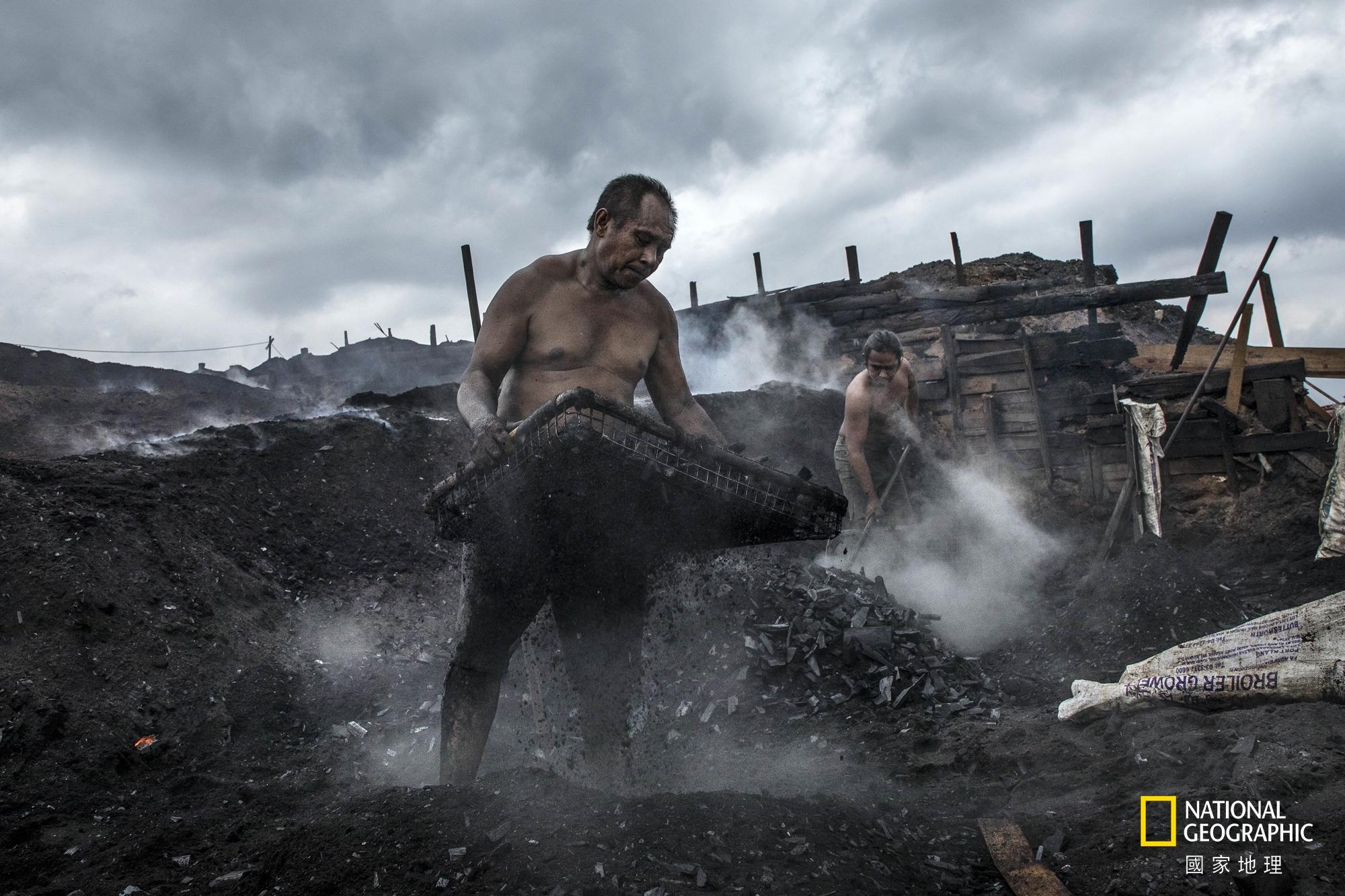 人物組冠軍:勤作 (攝影:張毅生)。在礦區的木炭移工不畏烈日風雨 , 每天勤奮地努力工作著。為了生活 , 儘管環境惡劣 , 仍要勇敢地奮鬥下去。
