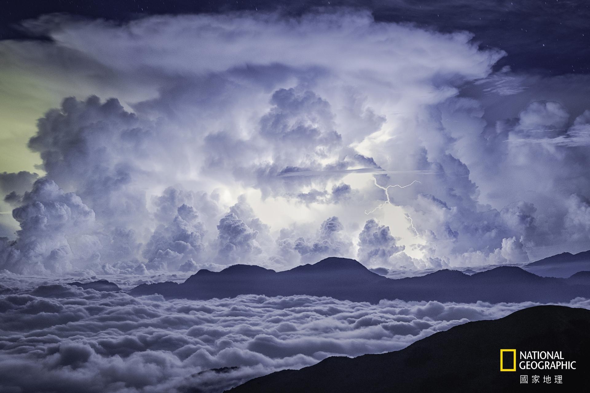自然組冠軍:通往雲層入口 (攝影:陳朝宇)。三千三百公尺的高頂上,這天頻繁閃劃寧靜黑夜,在夾層雲中點燃通往白的空間,如果漂浮能實現也想親身體驗。