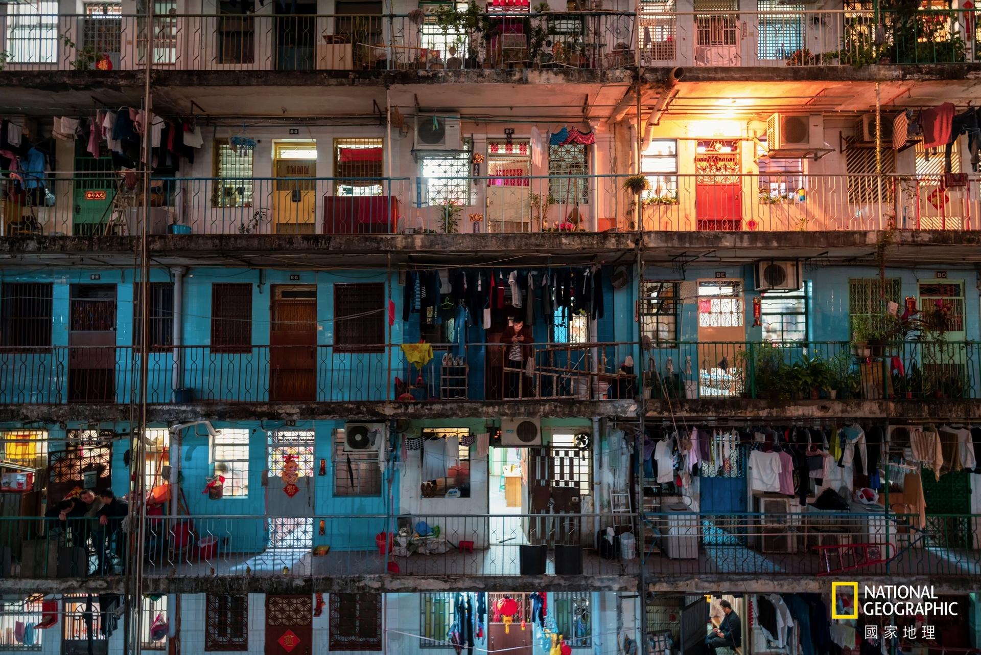 青少年組冠軍:家園 (攝影:王峻菁)。我的家 ─ 澳門是世界人口密度最高的地區之一,32.8平方公里的陸地,居住著67.2萬人。相片中每一格都可能住著好幾口人,而高密度的住宅建築亦喻示著城市的日趨擁擠和所謂的「新型全球生活方式」。