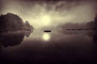 霧中的秋季朝陽