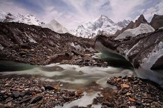 瑪夏布洛姆峰下的冰融河