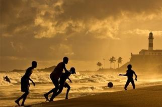 金色黃昏:沙灘足球