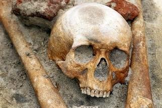 考古學家疑似挖到吸血鬼墳墓