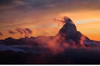 夕陽下的馬特洪峰與雲