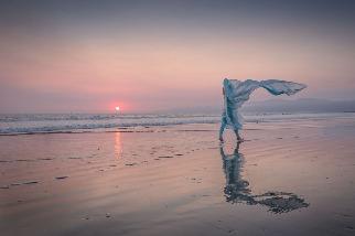 在風中籠著紗巾的女子