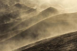 美麗晨光下的火山沙丘