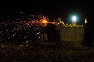 玉米小販與火光