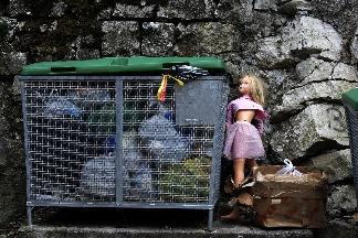 垃圾桶旁的娃娃