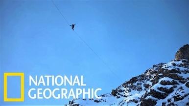 「不要往下看!」看極限走繩玩家橫越冰封山谷