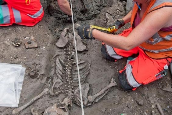 死了都要潮?500歲的骨骸竟還穿著大腿靴!