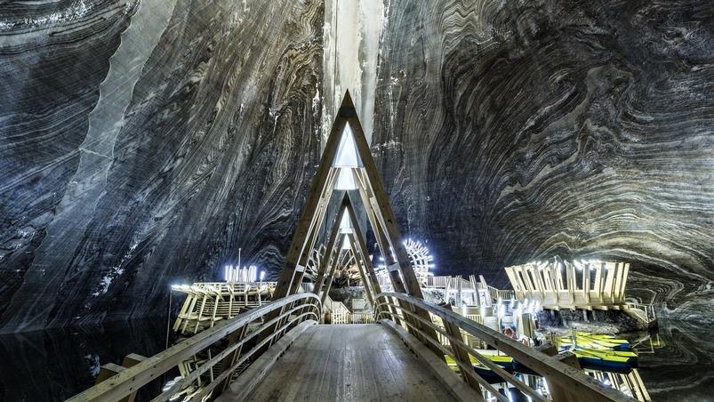 古老鹽礦化身超科幻地底遊樂園