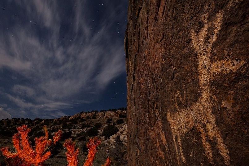 深夜中的岩畫