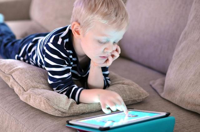 孩子老盯著那塊螢幕,該不該擔心他的大腦發育?