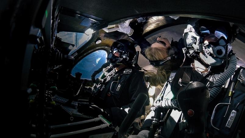 貝絲.摩西斯(中)在今年2月22日,搭乘維珍銀河(Virgin Galactic)公司的太空船進行太空飛行,當時他們正處於微重力狀態。PHOTOGRAPH BY VIRGIN GALACTIC