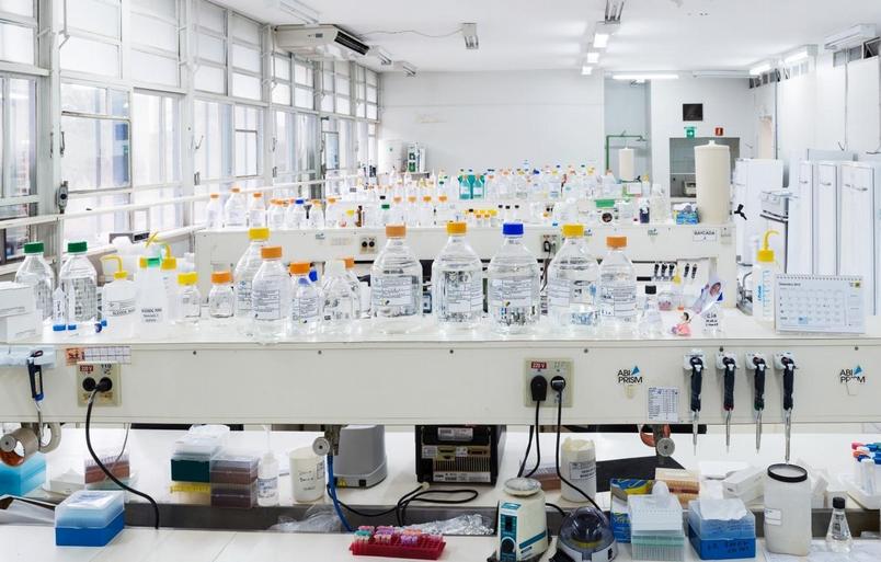 在巴西利亞(Brasilia)的農業研究社團法人遺傳資源與生物科技(EMBRAPA Genetic Resources and Biotechnology)的生命起源實驗室,農業研究人員專注在培育出具備實用特徵的強化生殖細胞株。PHOTOGRAPH BY DORNITH DOHERTY