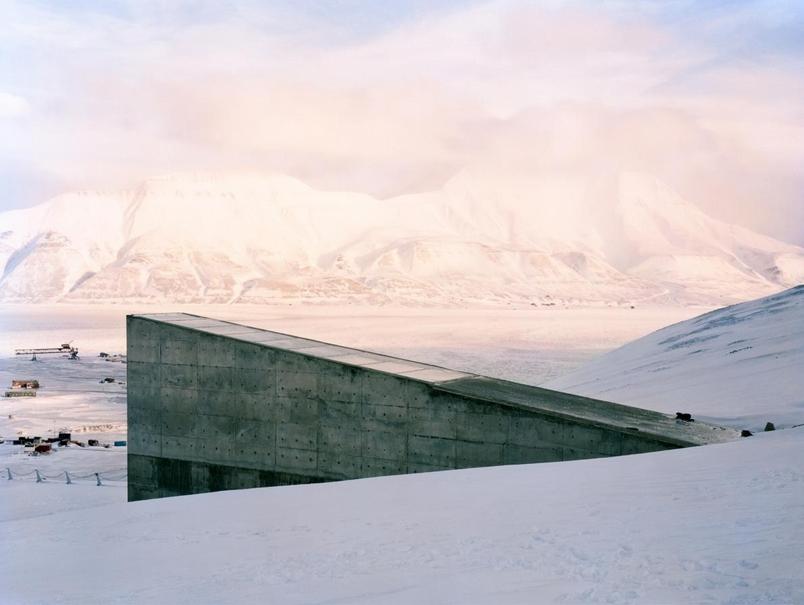 積雪覆蓋在挪威斯匹茲卑爾根島(Spitsbergen Island)上斯瓦爾巴全球種子庫(Svalbard Global Seed Vault)入口周圍的大地上。PHOTOGRAPH BY DORNITH DOHERTY