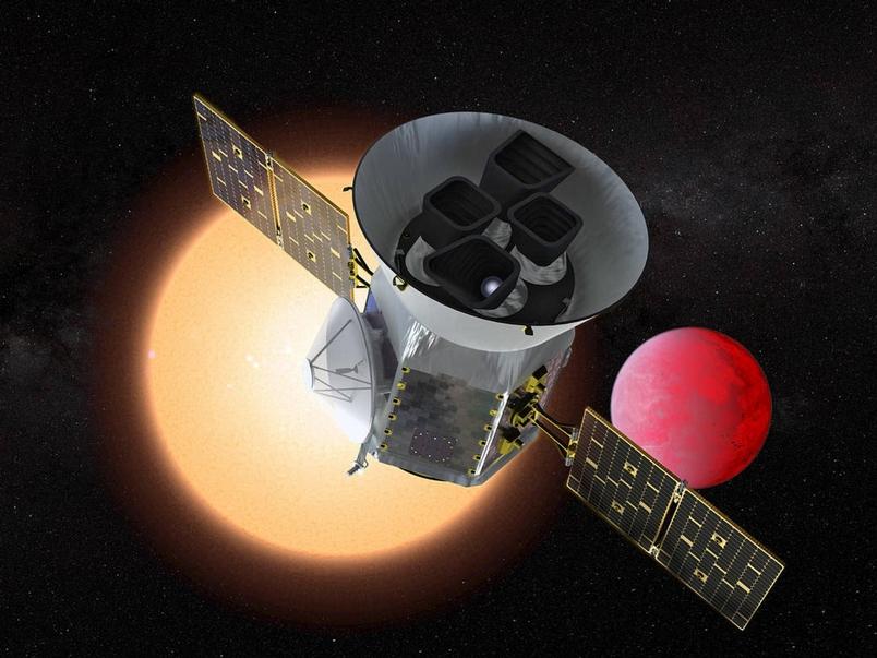 在這張藝術家的想像圖中,美國航太總署(NASA)的凌日系外行星巡天衛星(Transiting Exoplanet Survey Satellite,簡稱TESS)正經過繞著另一顆恆星運轉的高溫岩石行星。ILLUSTRATION BY NASA'S GODDARD SPACE FLIGHT CENTER