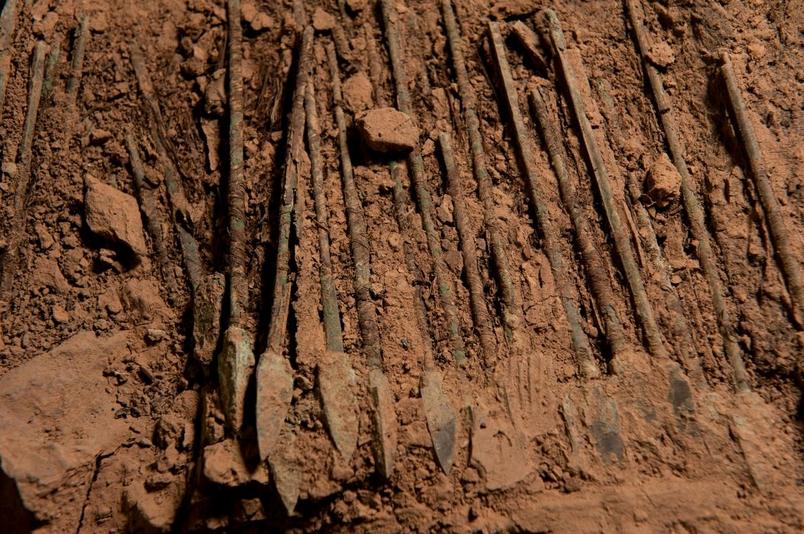 學者相信鉻塗層在過去兩千多年歲月,保護青銅兵器免於鏽蝕。PHOTOGRAPH BY O. LOUIS MAZZATENTA, NAT GEO IMAGE COLLECTION