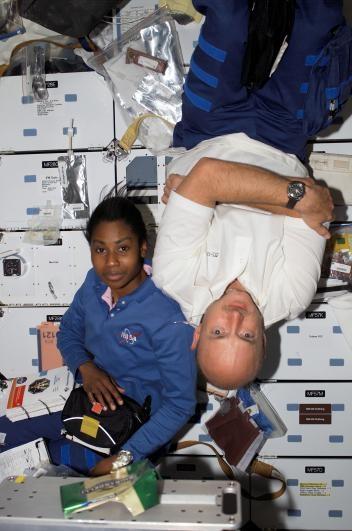 2006年,發現號太空梭停靠國際太空站的時候,太空人史黛芬妮.威爾森(Stephanie D. Wilson)和馬克.凱利飄浮在發現號太空梭裡。PHOTOGRAPH BY NASA