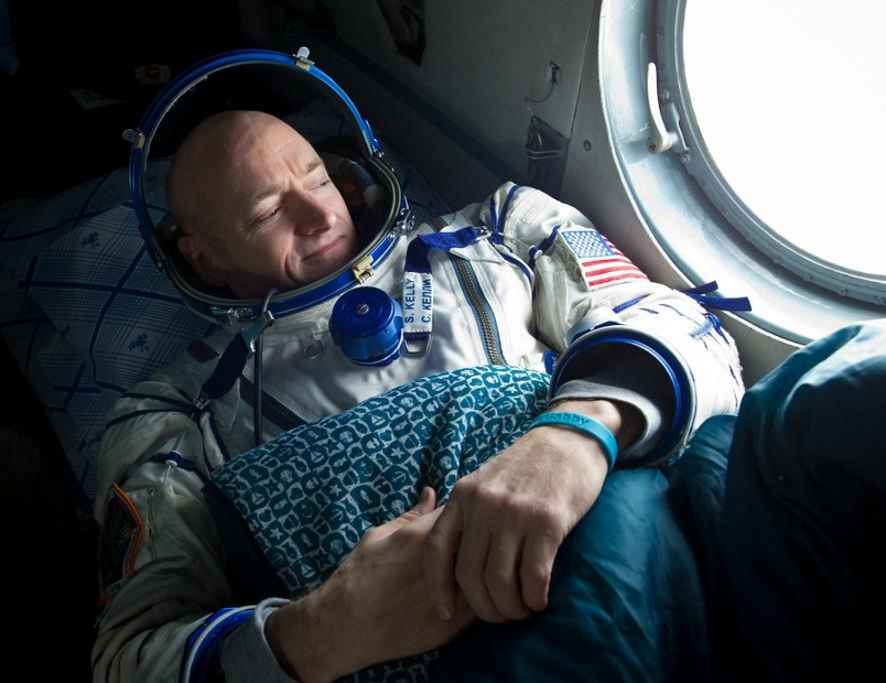 2011年,太空人史考特.凱利在國際太空站停留了六個月後返回地球,降落在哈薩克的阿爾卡雷克(Arkalyk)附近。他搭上俄羅斯的搜救直升機,望著窗外,準備出發前往兩小時路程外的庫斯塔奈(Kustanay)。PHOTOGRAPH BY BILL INGALLS, NASA