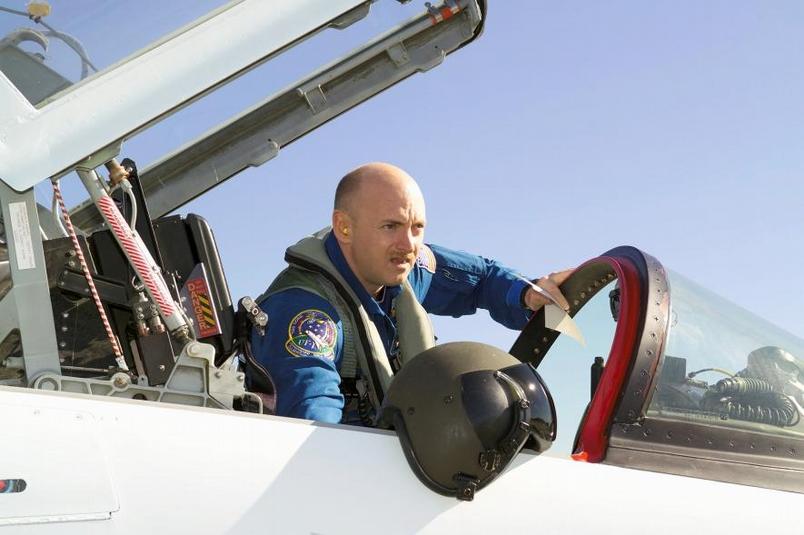 2004年,馬克.凱利在林登.詹森太空中心附近準備進行T38教練機的飛行。PHOTOGRAPH BY ROBERT MARKOWITZ, NASA
