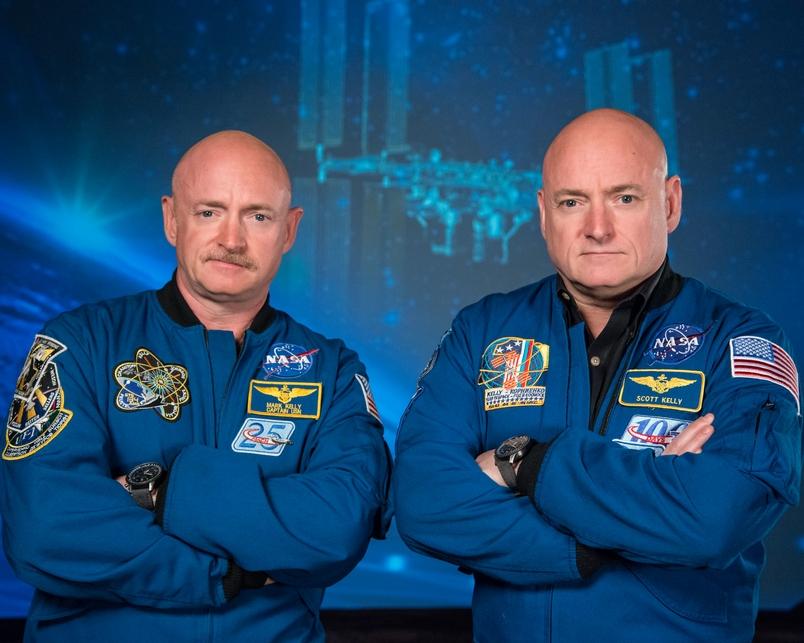 太空人史考特.凱利(右)在準備前往國際太空站執行為期一年的任務之前,和他的雙胞胎兄弟前太空人馬克.凱利(Mark Kelly)一起出席一項宣傳活動。PHOTOGRAPH BY ROBERT MARKOWITZ, NASA