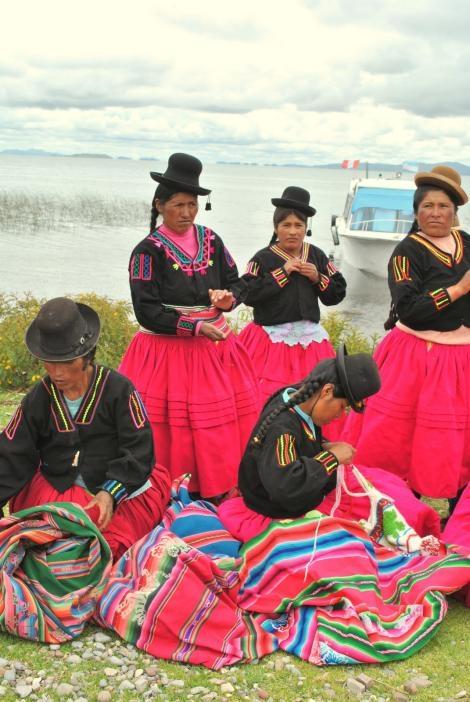 超過24名祕魯婦女組成團體,其中一些人曾是盜獵者。她們編織並販售發想自湖蛙的手工藝品來增加收入。PHOTOGRAPH BY ERIN STOTZ