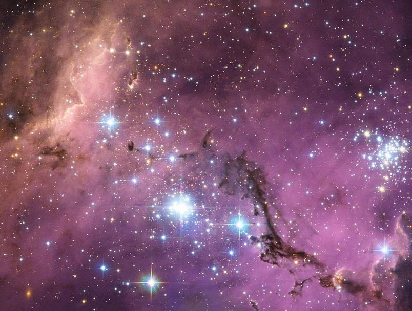 大麥哲倫星雲(Large Magellanic Cloud)是銀河系的衛星星系,在距離地球將近20萬光年之外圍繞著我們的銀河系打轉。當銀河系的重力輕輕地拉動大麥哲倫星雲裡的氣體雲時,這些雲氣坍塌形成新的恆星,像是萬花筒般的斑斕色彩因此照亮了大麥哲倫星雲。PHOTOGRAPH BY NASA, ESA. ACKNOWLEDGEMENT: JOSH LAKE