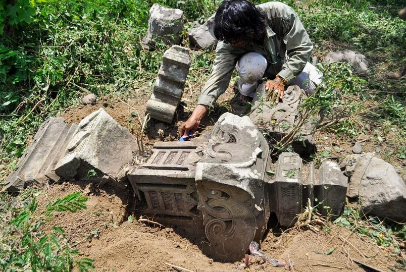 因 2004年印度洋海嘯侵襲所暴露出來的歷史性墓碑,激發了研究人員搜尋更久以前發生的海嘯的證據。PHOTOGRAPH COURTESY PATRICK DALY
