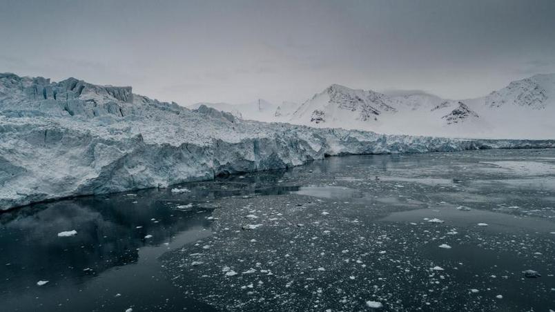 在弗拉姆海峽的東邊邊界──挪威斯瓦巴群島(Svalbard islands)上的冰河正在融化、湧入大海。PHOTOGRAPH BY CHRISTIAN ÅSLUND, GREENPEACE